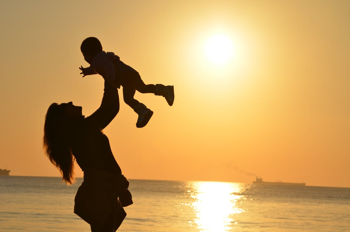 mor der løfter baby